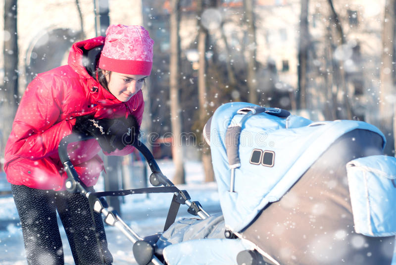 Barnet fostrar med behandla som ett barn i vinter fotografering för bildbyråer