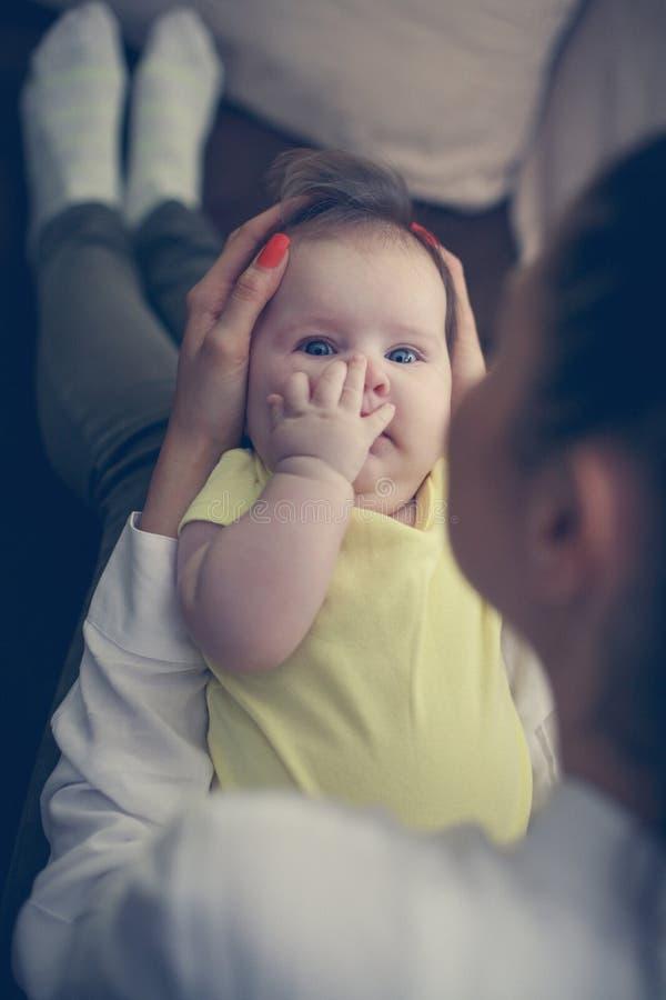 Barnet fostrar med hennes behandla som ett barn flickan hemma fotografering för bildbyråer
