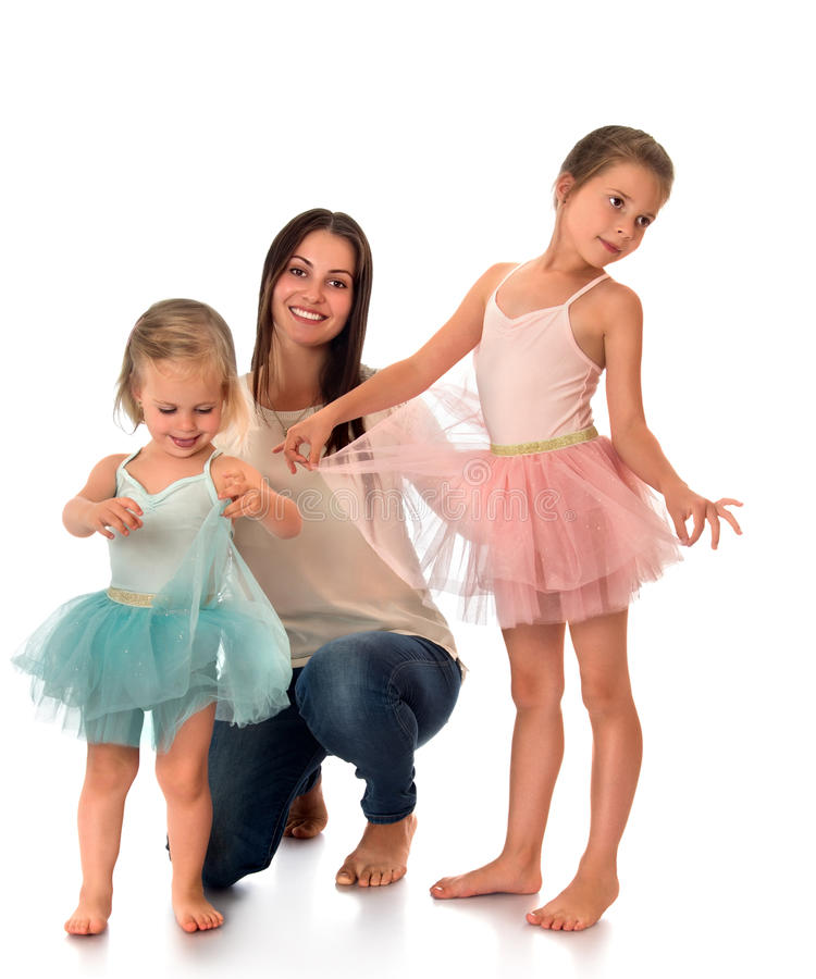 Barnet fostrar med hennes döttrar arkivfoto
