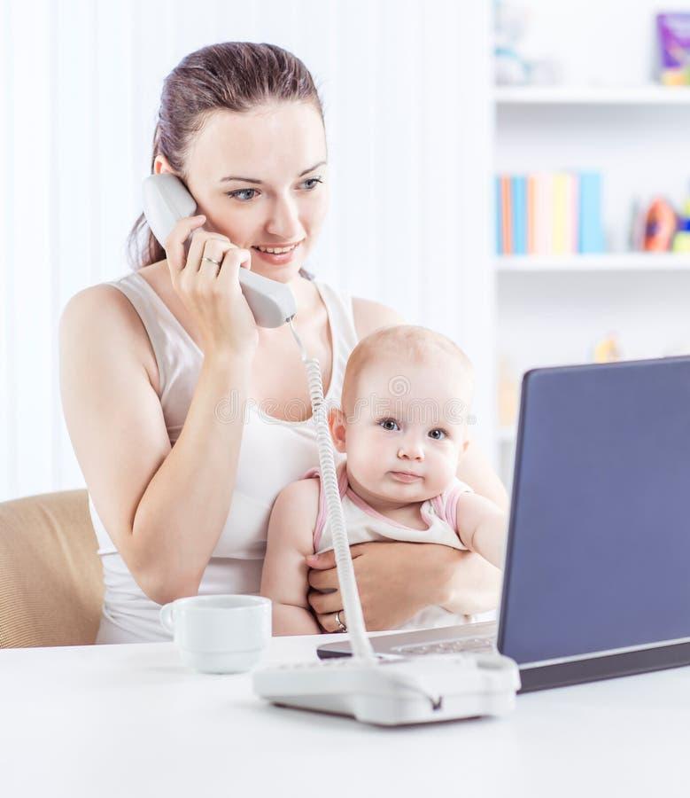 barnet fostrar och behandla som ett barn genom att använda bärbara datorn för att meddela med mormodern via Skype, royaltyfria bilder