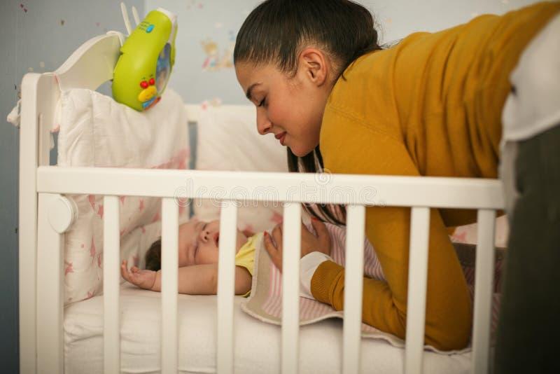 Barnet fostrar sover henne behandla som ett barn royaltyfria foton