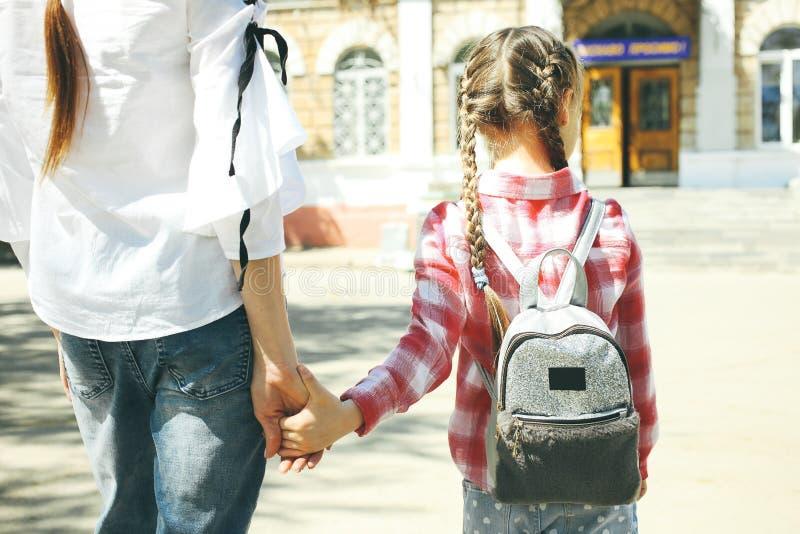 Barnet går till skolan arkivbild