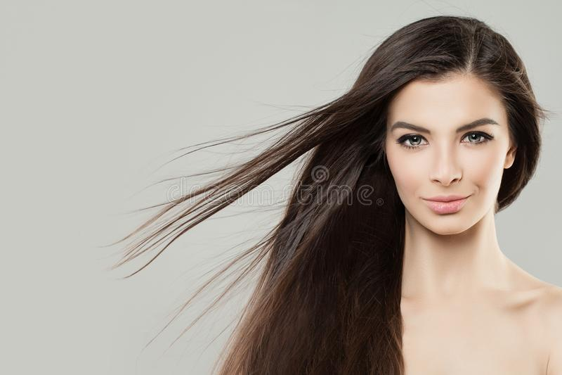 Barnet gör perfekt kvinnan med att blåsa hår kanter för kvinnlig för skönhetframsida gör trendiga upp red fotografering för bildbyråer