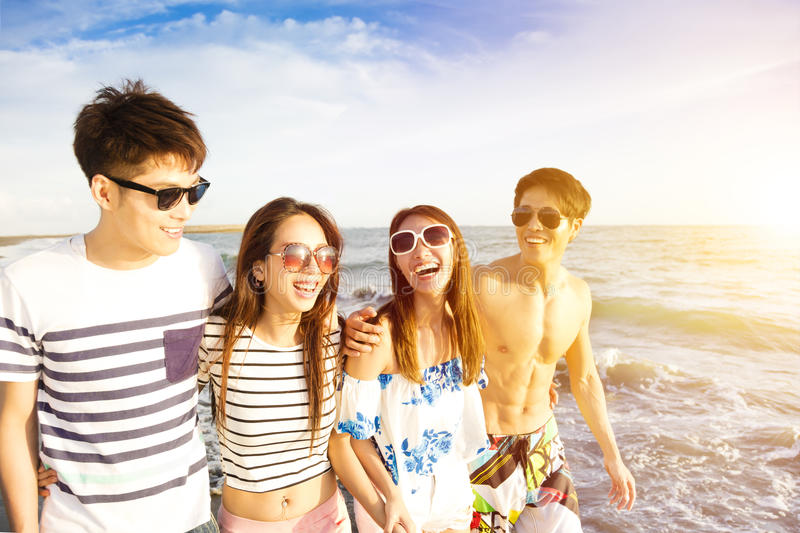 Barnet grupperar att gå på stranden på sommarsemestern royaltyfri foto