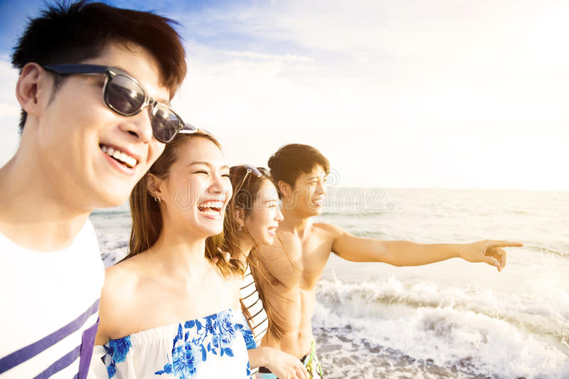 Barnet grupperar att gå på stranden tycker om sommarsemester royaltyfri foto