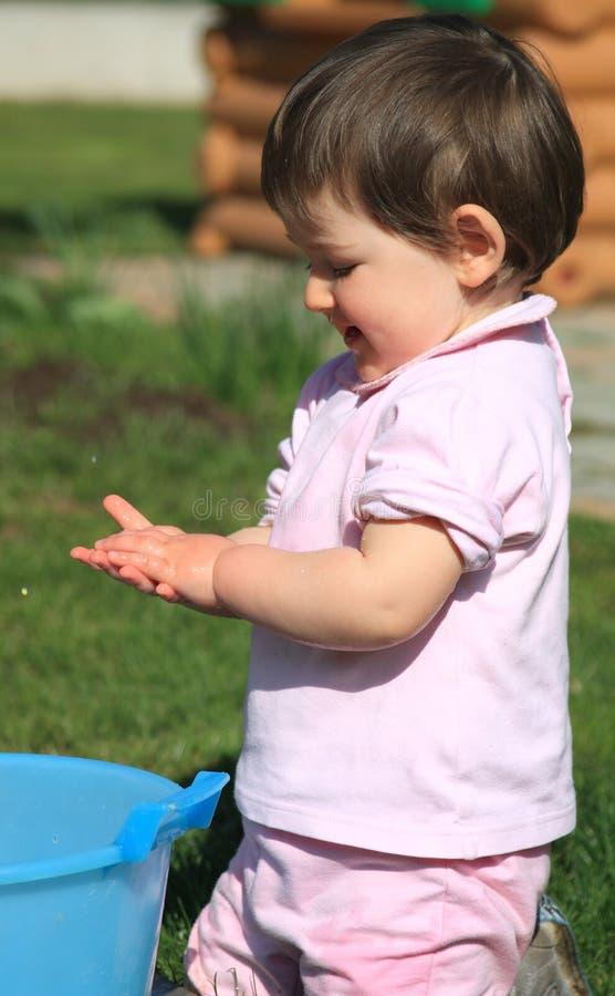 barnet hands henne washes royaltyfria foton