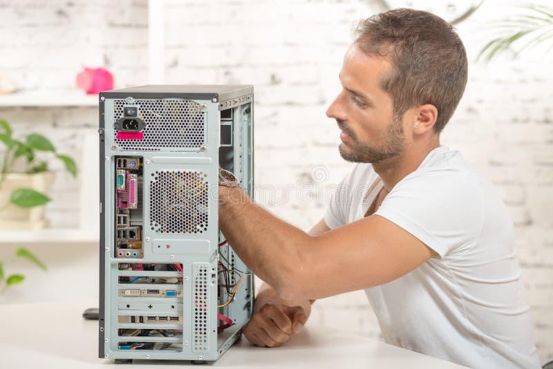 Barnet iscensätter den reparerade datoren royaltyfri foto