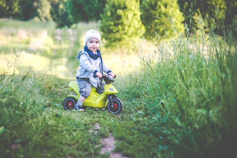 Barnet känner sig fritt i natur med cykeln arkivfoto