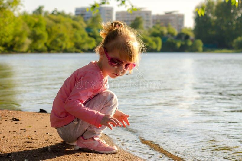 Barnet kör på kusten i sanden arkivbilder