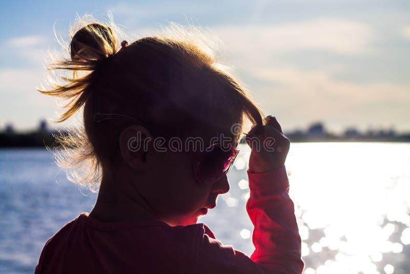Barnet kör på kusten i sanden fotografering för bildbyråer