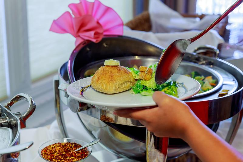 Barnet kopplar ihop att äta snabbmat och att dricka den amerikanska retro snabbmatmatställen för rött vin arkivfoto