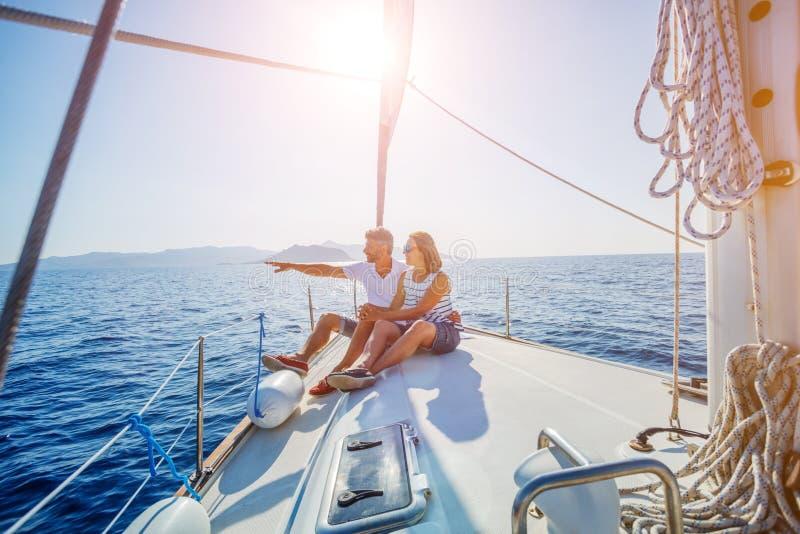Barnet kopplar ihop att koppla av på yachten arkivfoto