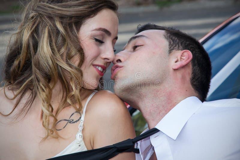 Barnet kopplar ihop att kyssa royaltyfri fotografi