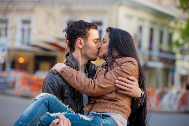 Barnet kopplar ihop att kyssa på gatan i vår fotografering för bildbyråer