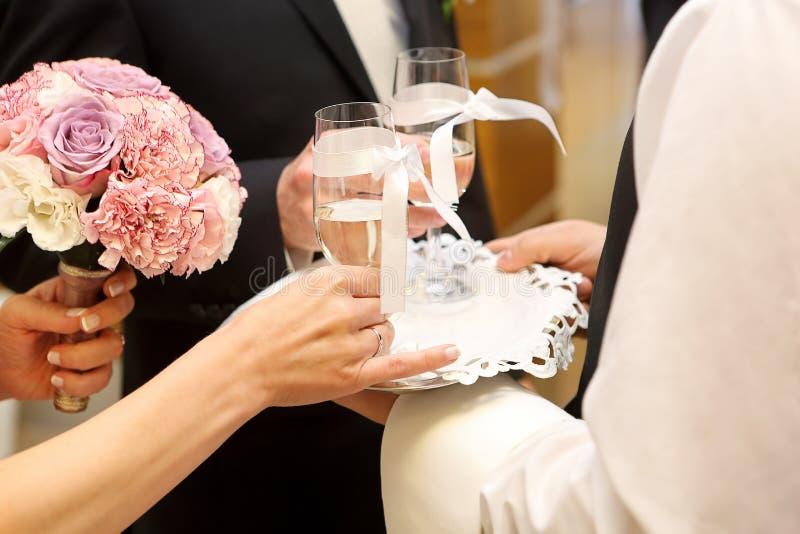 Barnet kopplar ihop att rosta med champagne på bröllopmottagandet arkivfoton