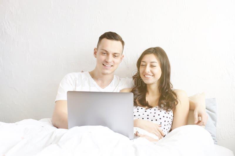 Barnet kopplar ihop den hållande ögonen på TV-program som läser ett meddelande Teknologi- & förhållandebegrepp Moderna romansprob arkivfoto