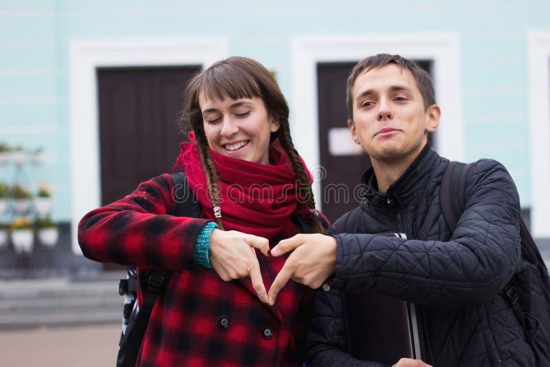 Barnet kopplar ihop händer som gör upp hjärtaformslut royaltyfri fotografi