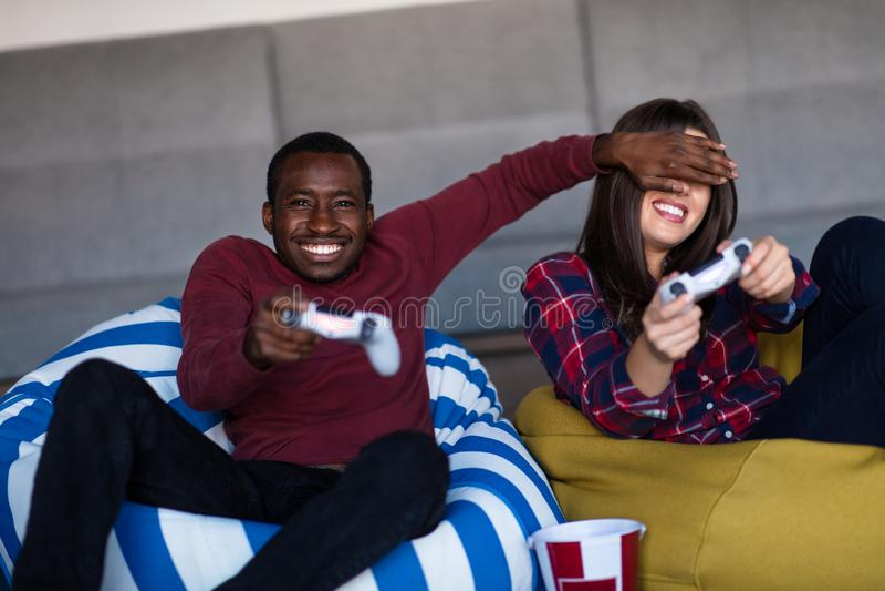 Barnet kopplar ihop hemma att spela videospelet tillsammans arkivbilder