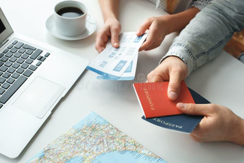 Barnet kopplar ihop i pass och biljetter för ett resande begrepp för turnerabyrå hållande arkivbild