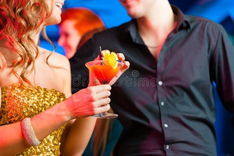 Barnet kopplar ihop i stång eller klubbar att dricka coctailar arkivbild