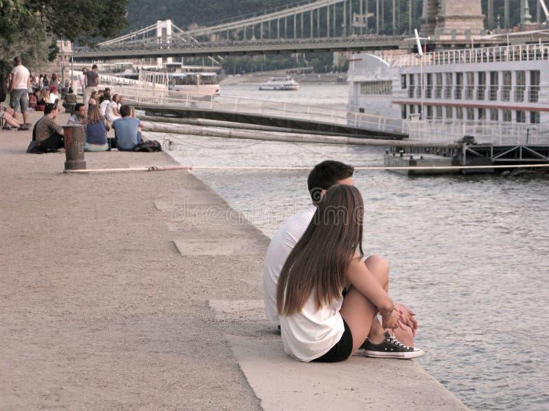 Barnet kopplar ihop, invallningen av Donauen, Budapest, vanligt liv arkivbilder