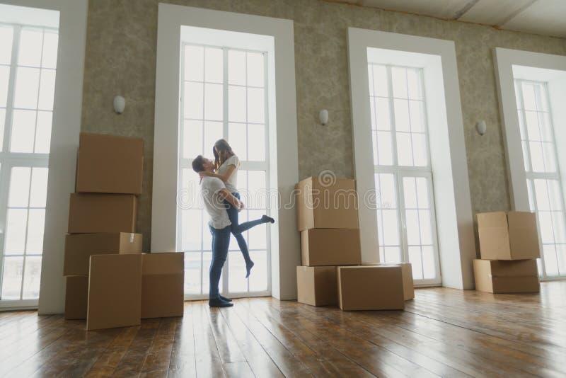 Barnet kopplar ihop jätteglat och upphetsat om flyttning in i den nya lägenheten royaltyfria foton