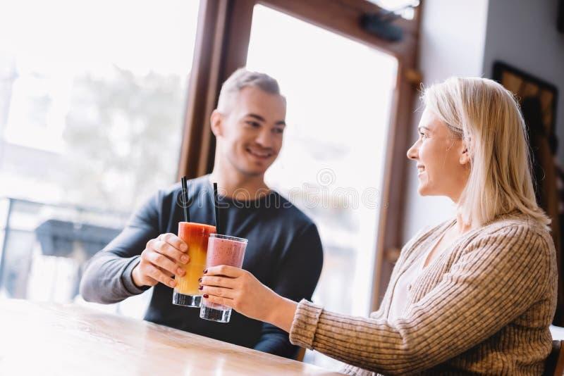 Barnet kopplar ihop med en drink som tillsammans spenderar tid royaltyfri foto