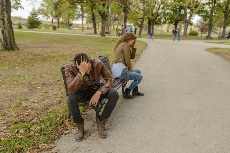 Barnet kopplar ihop med förälskelsen som problem som sitter i staden, parkerar royaltyfria foton