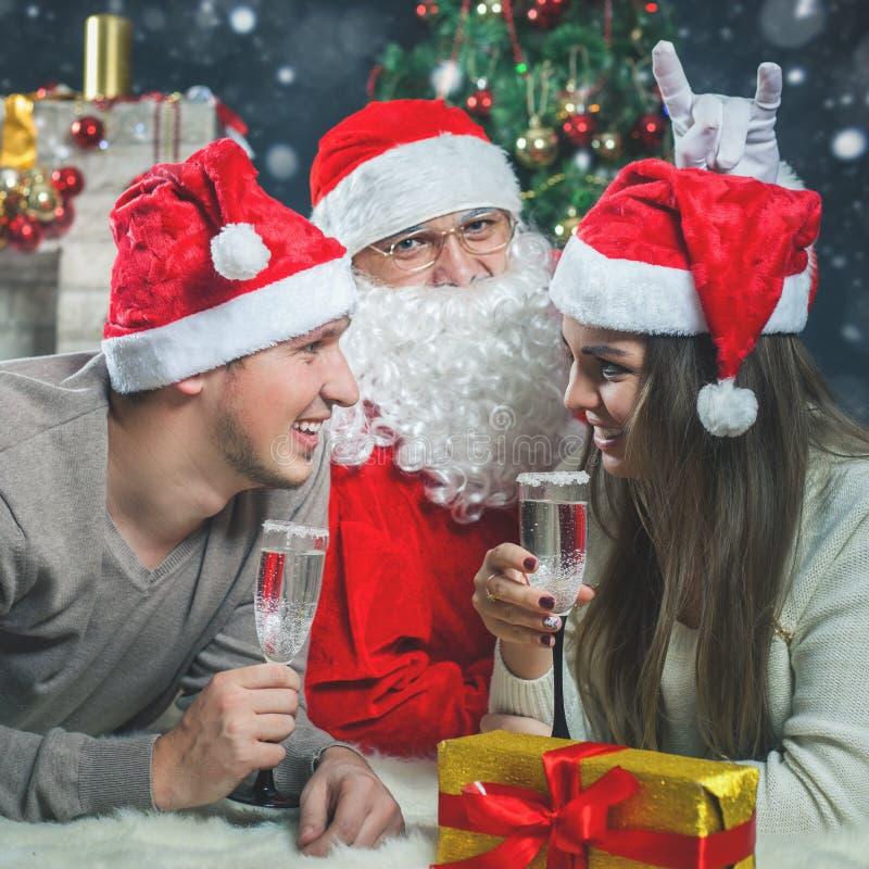 Barnet kopplar ihop med jultomten som firar det nya året 2017, jul arkivfoton