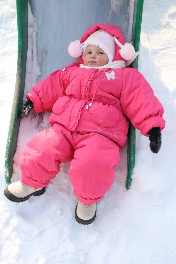 barnet lägger snow royaltyfri foto