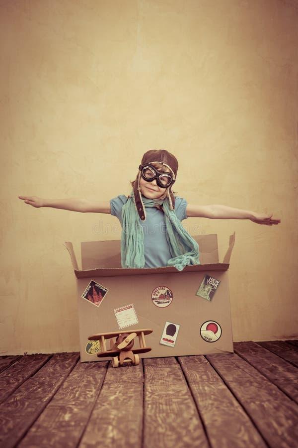 Barnet låtsar för att vara en pilot royaltyfria bilder