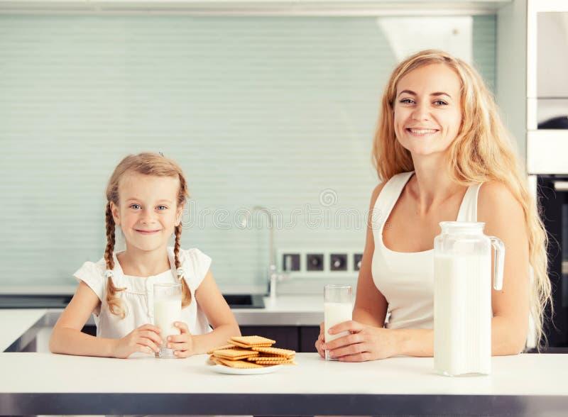 Barnet med att dricka för moder mjölkar royaltyfri bild