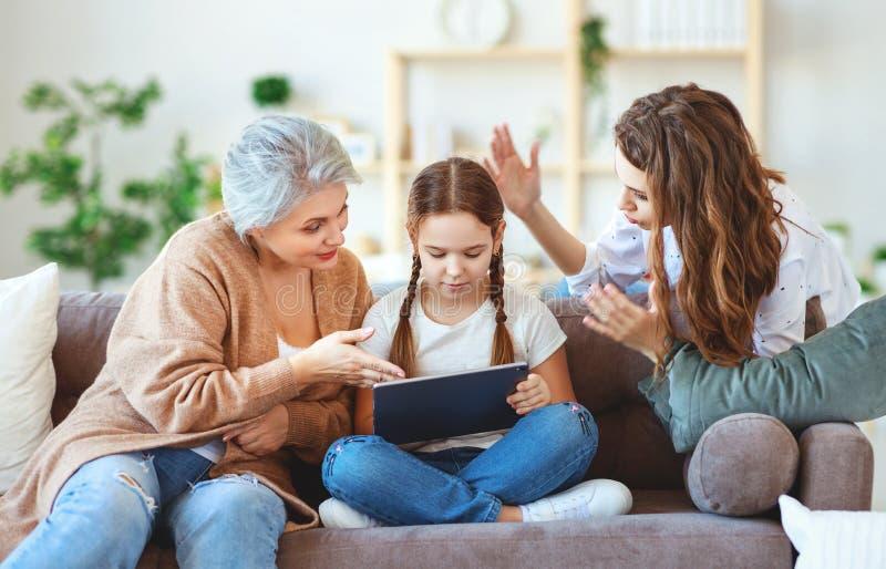Barnet med minnestavlan på internet, internetböjelse, föräldrar grälar på arkivbild