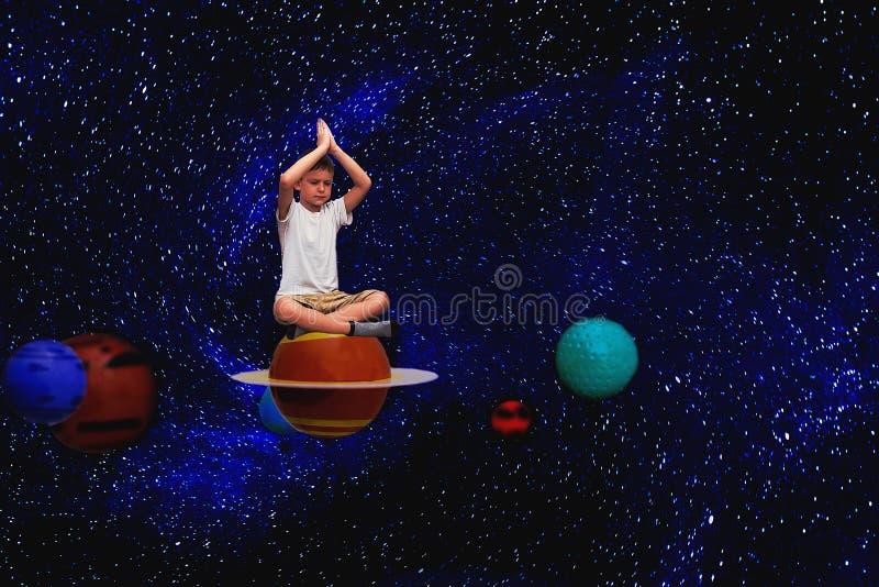 barnet mediterar i utrymme royaltyfria foton