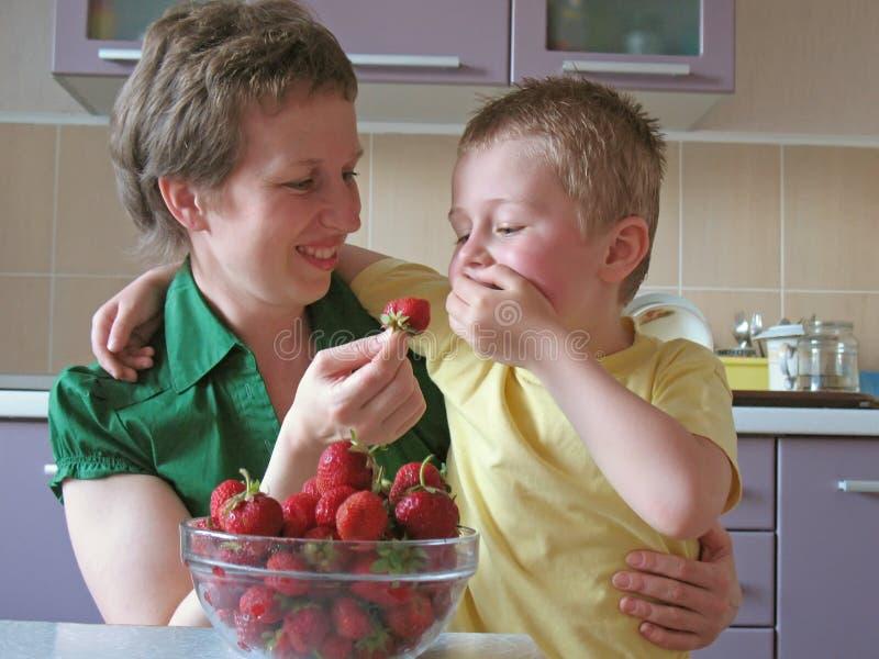 barnet overeat jordgubbar royaltyfri bild