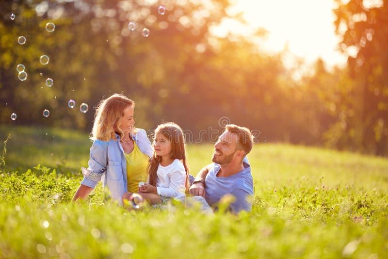 Barnet på picknick gör såpbubblor royaltyfri fotografi