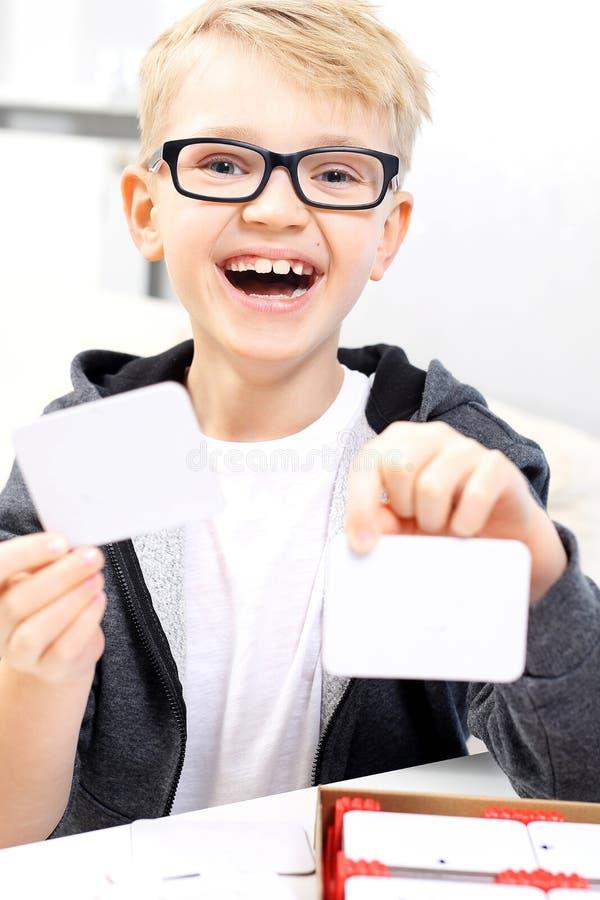 Barnet på skolar lära som läs till Barnet skriver ord royaltyfria bilder