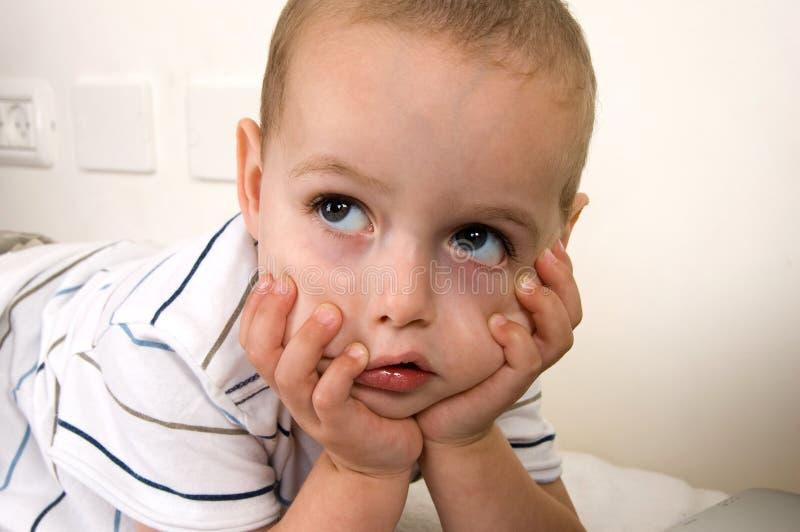 barnet poserar att tänka royaltyfri foto