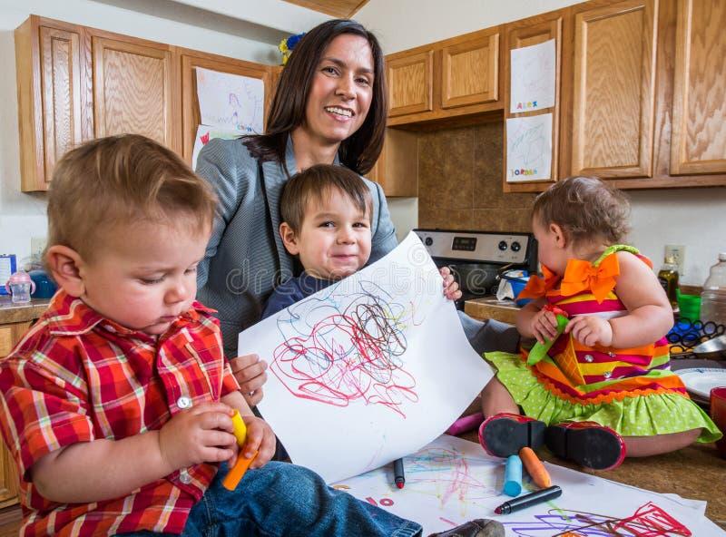 Barnet poserar med teckningen royaltyfria foton