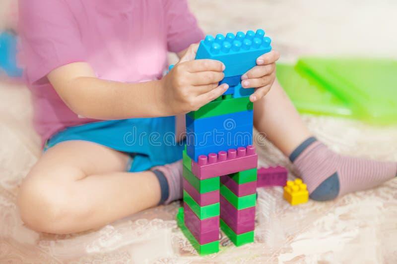 barnet samlar formgivare Barnaktiviteter i dagis eller hemma Barndomutveckling royaltyfria foton