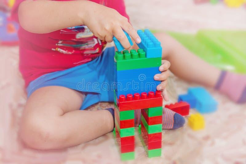 barnet samlar formgivare Barnaktiviteter i dagis eller hemma Barndomutveckling arkivfoto