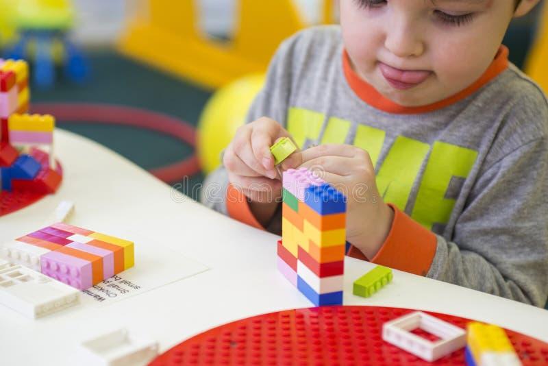 barnet samlar formgivare Ungeaktivitet i dagis eller hemma royaltyfri fotografi