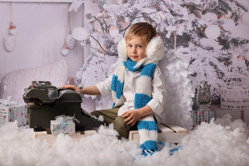 Barnet skriver en llist till Santa Claus arkivfoto