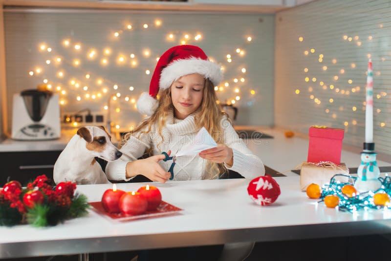 Barnet snider en snöflinga för jul fotografering för bildbyråer