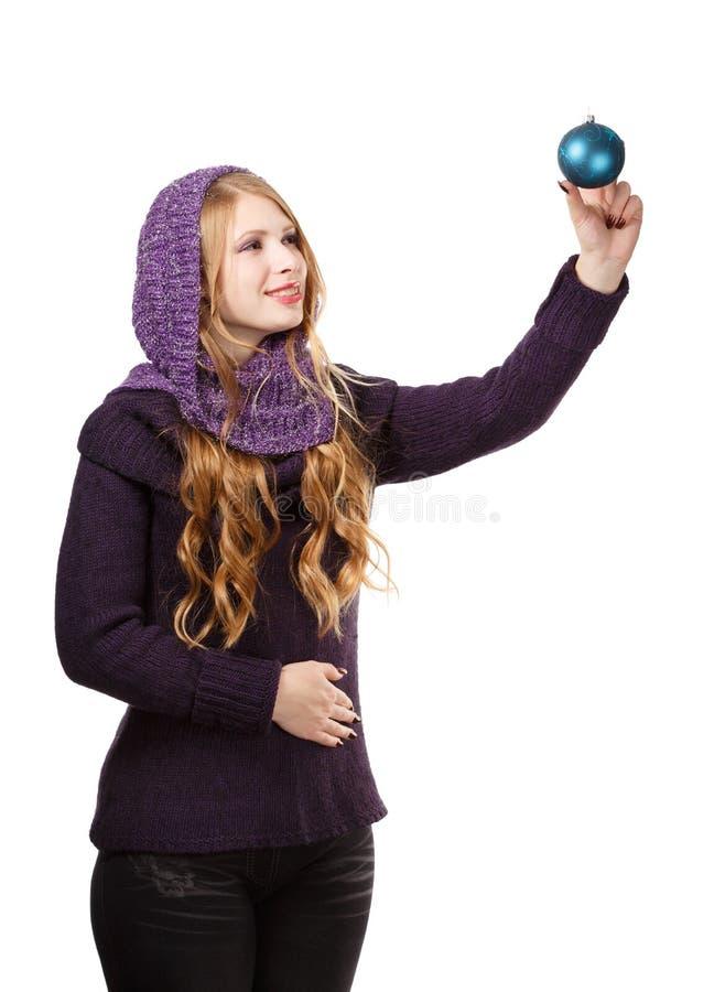 Barnet som ler den härliga kvinnan i sweater och lilahalsduk, ser arkivfoto