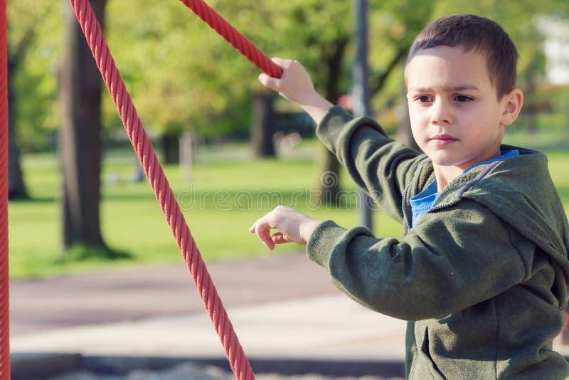 Barnet som spelar i playinground parkerar in royaltyfri fotografi