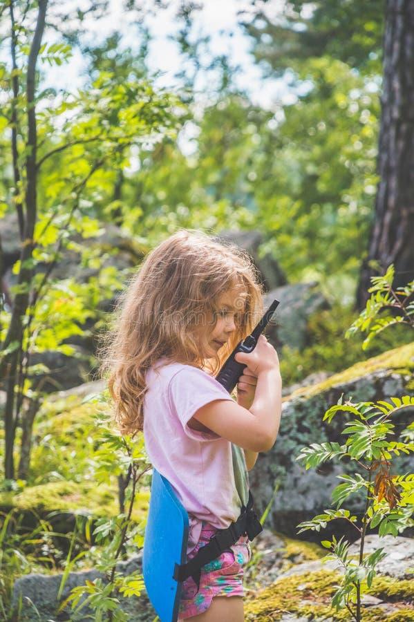 Barnet spanar i skogen med walkie-talkie royaltyfri fotografi