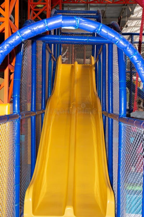 Barnet spelar lyckligt p? lekplatsen royaltyfri fotografi