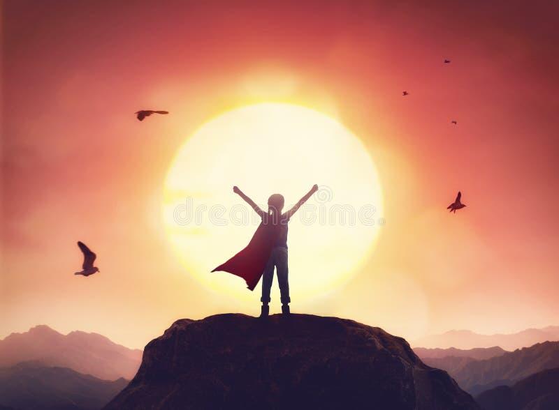 Barnet spelar superheroen royaltyfri fotografi