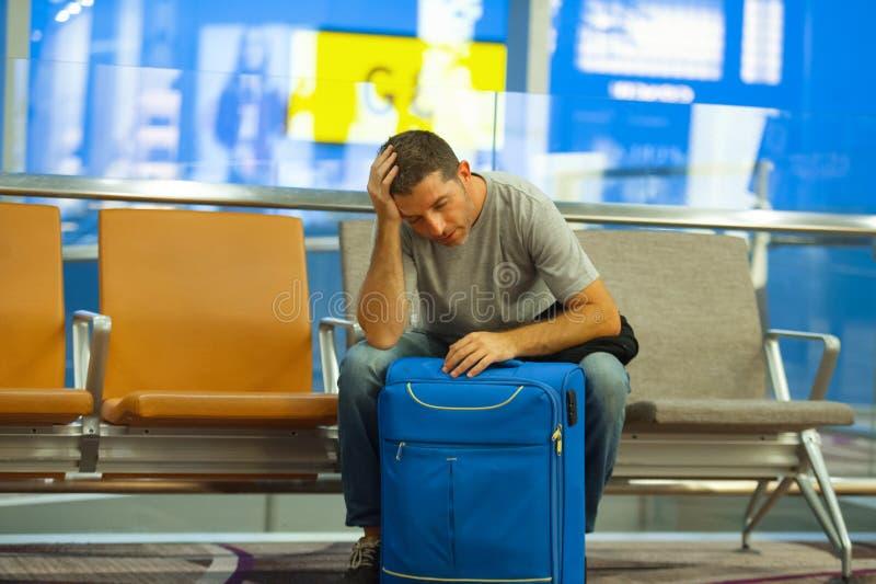Barnet tröttade den turist- mannen i flygplats med resväskasammanträde som oroades och som var stressat på logiporten som väntar  arkivfoton